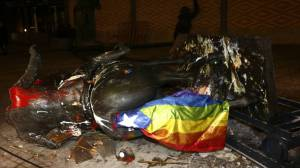 tumban-la-estatua-ecuestre-de-franco-decapitada-en-barcelona