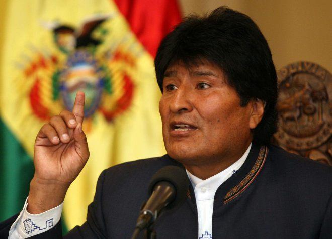"""BOL01. LA PAZ (BOLIVIA), 28/08/2013.- El presidente de Bolivia, Evo Morales, habla durante una rueda de prensa hoy, miÈrcoles 28 de agosto de 2013, en La Paz (Bolivia), en la que pidiÛ a Brasil """"devolver"""" al senador opositor Roger Pinto a la Justicia boliviana para contribuir a la lucha contra la corrupciÛn. Pinto huyÛ al paÌs vecino el viernes pasado desde la Embajada de Brasil en La Paz con la ayuda del diplom·tico Eduardo Saboia y soldados de ese paÌs, en dos automÛviles oficiales de la legaciÛn. EFE/Martin Alipaz"""