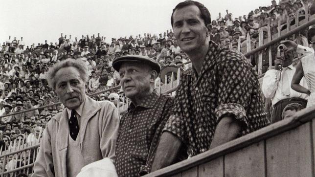 Pablo Picasso, el diestro Luis Miguel Dominguín y el poeta Jean Cocteau, en la barrera de la plaza de toros Las Arenas, en Arlés (Francia)