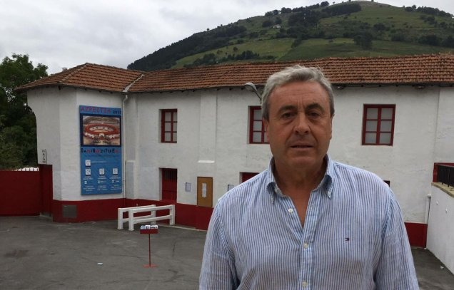 Joxin Iriarte, empresario de Azpeitia, delante de la plaza de toros.